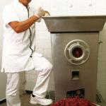 Stefan Strobl beim wolfen des frischen Fleisch